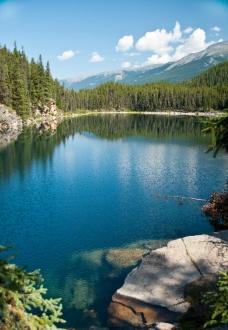山间湖泊风光图片