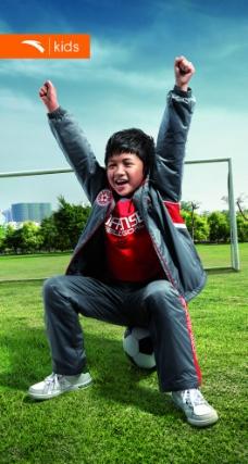 足球场上的可爱儿童图片