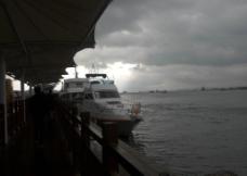 太阳破云而出图片