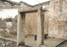 残留的门柱图片