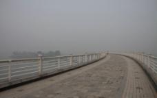 雾中桥图片