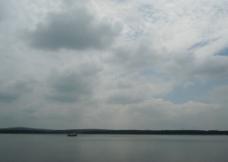 江边小舟图片