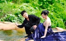 甜蜜溪流婚纱照图片