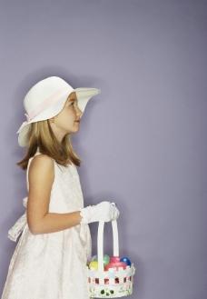 提着小篮子凝神的漂亮小女孩图片