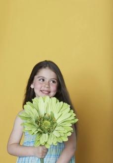 手拿野花的灿烂小女孩图片