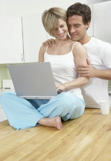 一起玩电脑的甜蜜夫妻图片