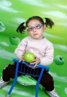 戴眼镜的女孩图片