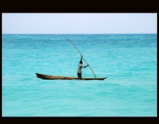 海上的独木舟图片