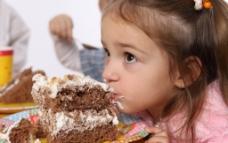 小姑娘吃糕点图片