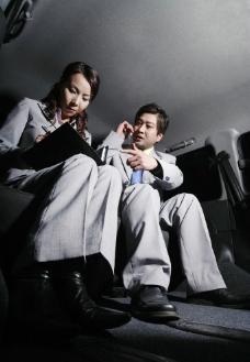 汽车内办公的商务美女帅哥图片