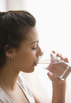 喝水的美女图片