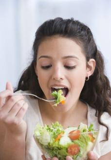 吃蔬菜的美女图片