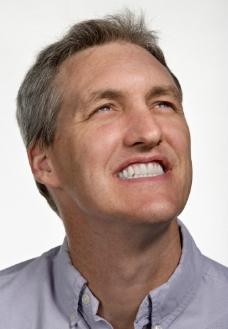 凝神微笑的中年男士图片