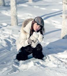 雪中女孩图片