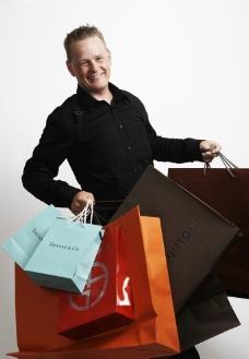 拎购物袋的男人图片